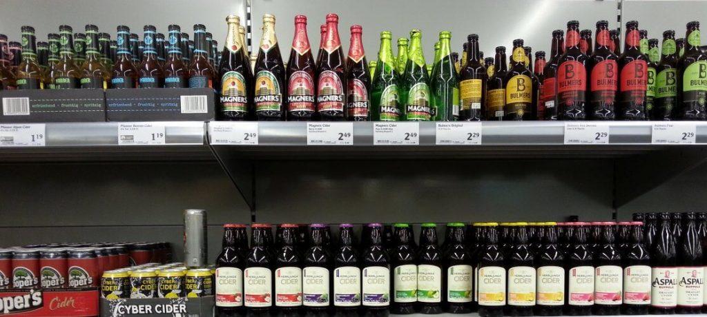 Regal mit Cider-Flaschen
