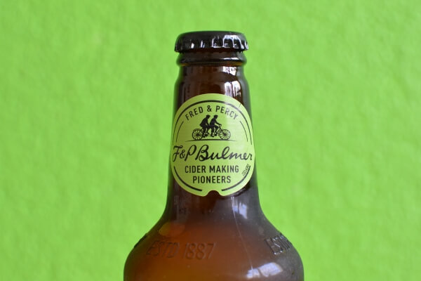 Label am Flaschenhals des Pear Cider von Bulmers.